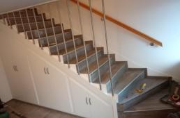 Obnovljeno staro stopnišče - vinil, garderobna omara in ograja