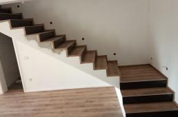 Stanovanje obloženo z vinilno oblogo svetli hrast in stopnišče iz orehovega vinila
