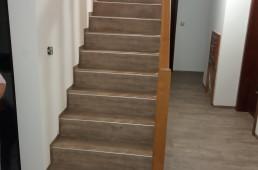 Staro leseno stopnišče obnovljeno z vinilom in hodnik